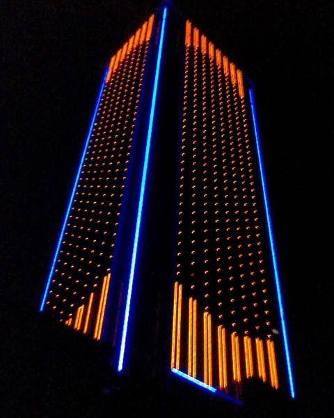 fachada iluminada edificio