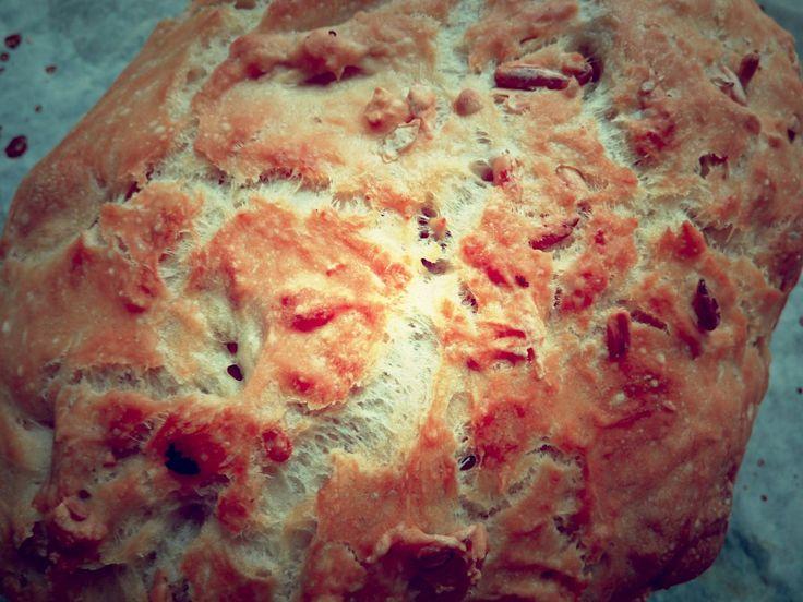Brødet her er super nemt og super lækkert. Det får en helt anden konsistens end brød bagt i en almindelig bageform eller som boller. Brødet holder sig friskt og saftigt rigtig længe og man kan lave mange forskellige varianter af brødet. Man kan både bruge ildfaste fade med låg, stegeso i glas eller en Römertopf …