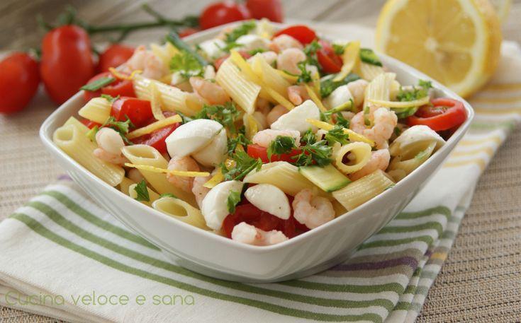 Pasta fredda gamberetti, zucchine e limone. Un'insalata di pasta leggera, da preparare anche in anticipo, con fresche verdurine e gamberetti.