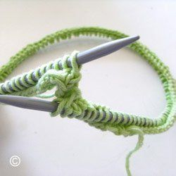 Tricoter en rond peut-être utile et rapide pour créer des cols, des chaussettes et des bonnets. Il est cependant important d'étudier le nombre de maille de l'ouvrage par rapport à la longueur de fil reliant les deux aiguilles nécessaires pour que les mailles ne soient pas trop écartées entre elles.