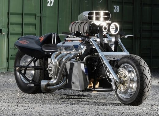 So sollte eine Boss Hoss aussehen. V8 Mopped mit Kompressor.  http://www.hostedfile.com/pictures/25624/dragster-bikes-part-1.html