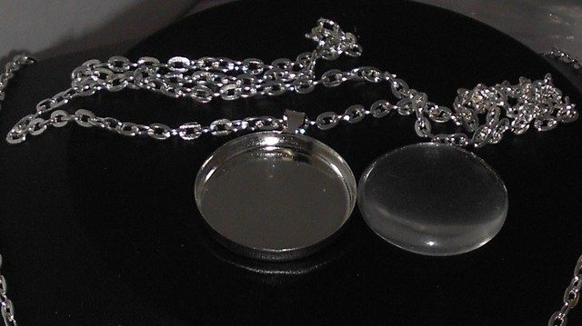 '10 Sets 25 MM (1 inch)  Trays, Cabachon & Chains' is going up for auction at  7pm Wed, Sep 19 with a starting bid of $8.