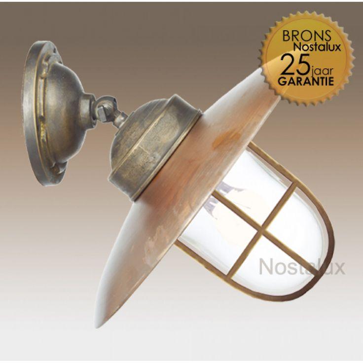 Stallamp Landes verstelbaar,raster   De exclusieve buitenlamp Landes Plafond / Muur, verstelbaar is nieuw in de uitgebreide collectie van KS. Deze lamp kan zowel op het plafond als op de muur geplaatst worden en heeft een massief bronzen steun en een koperen deksel. Weerbestendig! Duurzaam!   Doordat de Landes buitenlamp is voorzien van een E27 fitting kunt u diverse soorten lichtbronnen gebruiken.