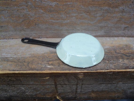 Esta sartén de miniatura es una gran adición a su batería de cocina de casa de muñecas, encaja perfectamente en una cocina romántica casa de muñecas en escala de 1 pulgada o 1:12. Está hecha de metal. El exterior es en color de esmalte en color verde pastel. Este pan coincide con los otros elementos de cocina en la tienda. Existen diferentes tipos de ollas y sartenes, compilar un conjunto de sartenes de su elección en un solo color o mezclar los diferentes tonos pastel. Medidas: altura 3&...