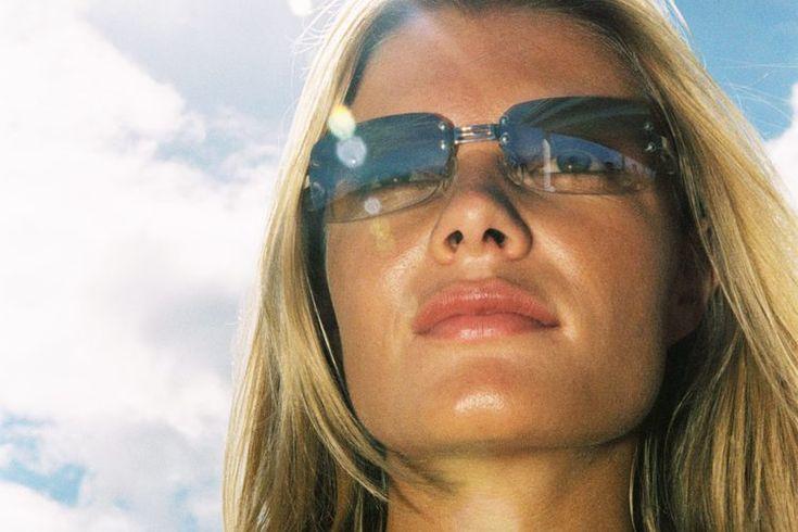 ¿Debes colocarte el protector solar antes de la base de maquillaje?. El uso de protector solar es una parte esencial del cuidado de la piel. Tu rostro necesita protección de los rayos UVA para evitar el cáncer de piel y los signos de envejecimiento como las arrugas. Para obtener los mejores ...