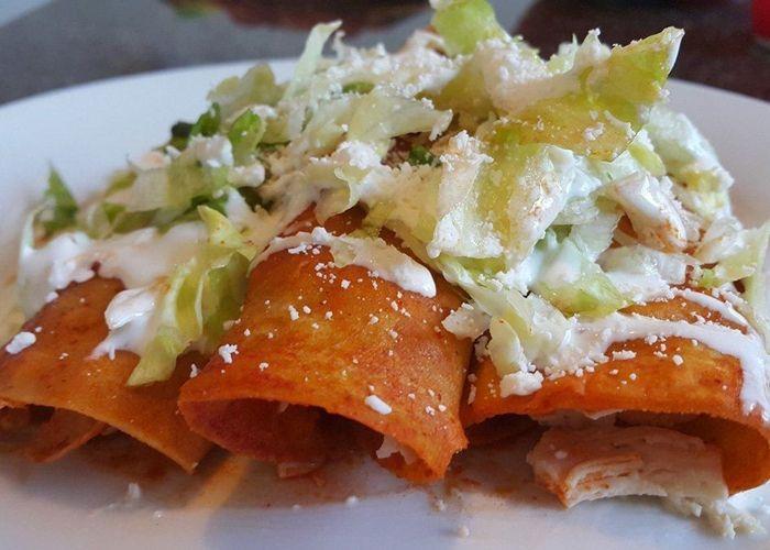 Las enchiladas son uno de los platillos tradicionales de México que se elaboran con tortillas de maíz, se rellenan con carne de res, pollo, pavo, etcétera y se bañan con una salsa picante. Esta...