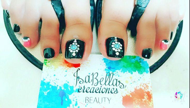#arteconamor #uñaslindas #beauty #isabel #gemas #decoraciónconnegro #pies #nails #masglo