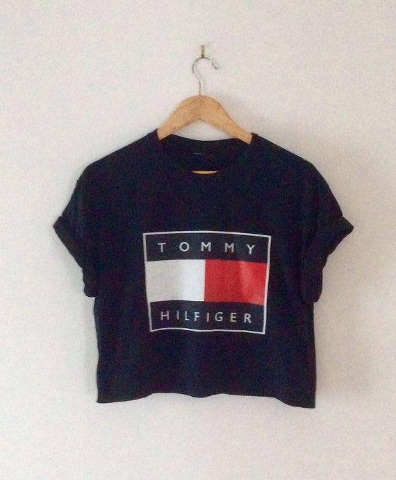 vous êtes à la recherche à un blanc très cool dope noir Tommy Hilfiger surdimensionné sloughty crop top tshirt uniques, parfait pour la