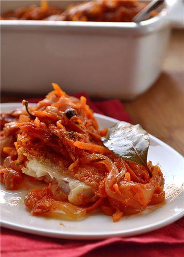 Чтоб ускорить процесс приготовления, вместо настаивания можно прогреть несколько минут рыбу под соусом. 1 кг рыбы мука 3 морковки 1 корень сельдерея 3 луковицы 5 ст.л. растит. масла 100 мл. томатной пасты cок 1 лимона 1 лавровый лист 7 горошин душистого перца 2 гвоздики cоль, перец cахар Рыбу…
