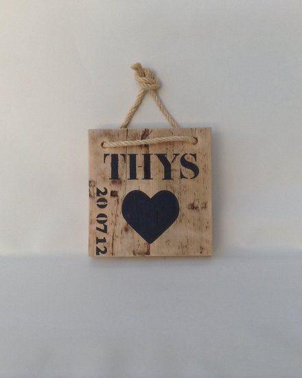 Geboorteplank... Een steigerhouten plank met naam en geboortedatum. De stoere letters passen mooi bij het robuuste hout. Leuk voor op de kinderkamer, een geweldig en uniek kraamcadeau! Verkrijgbaar in de webshop www.betbee.nl.