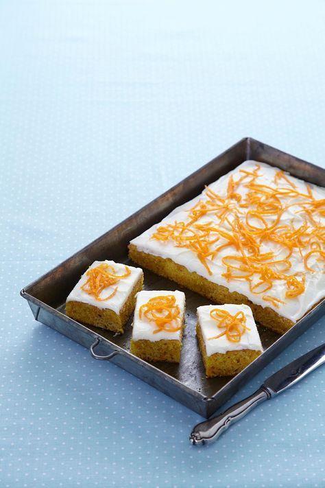 Nydelig og saftig gulrotkake med et utrolig godt lokk av kremost. Her skal det vanskelig la seg gjøre å bare spise ett stykke.