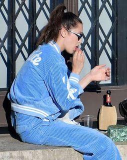 海外セレブスナップ | Celebrity Style: 【ベラ・ハディッド】気分は水色!美術館の建物で友達とマカロンタイムのベラ!