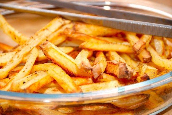 Lækre og nemme kartoffelfritter med pommes frites krydderi. Det er gode og smagfulde pommes frites, der er godt som tilbehør til retter med kød. Foto: Guffeliguf.dk.