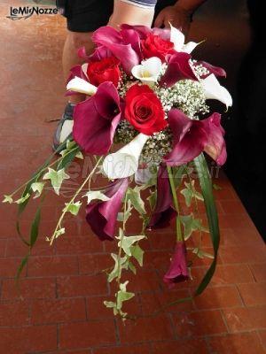 http://www.lemienozze.it/gallerie/foto-bouquet-sposa/img15394.html Bouquet sposa a cascata con calle bianche e rosse