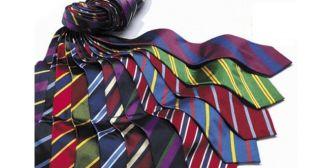 """ビジネスマンにとって、必須アイテムのネクタイ。同じネクタイ、同じシャツでもちょっとした結び方テクニックでこなれ感が出せるのをご存知ですか?ネクタイはいろいろな結び方がありますが、ここ最近のトレンドは最もシンプルな結び方である""""プレーンノット""""です。今回はそんなプレーンノットで周囲を一歩リードするためのテクニックをユナイテッドアローズのラインの中でも最もスーツやジャケットスタイルに強い""""ザ ソブリンハウス""""の藤田裕貴氏のレクチャーをGQ JAPANさんが公開していたので紹介させていただきます。 ここが違う!ポイント①:下になる小剣を半分に折る ネクタイ結びはじめにいきなり、テクニックが炸裂します。大検と小剣を重ねたときに、小剣側を外側に向けて半分折ります。 ここが違う!ポイント②:逆サイドも半分に折る 逆サイドも半分に折ります。今度は内側に向けて折るのがポイントになります! おさらい:最初は外側に、次は内側に折る ここが違う!ポイント③:不要なところにシワが出ないように大剣を流していく ネクタイに余計なシワが出ないように大剣をループに通します..."""