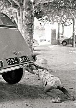 photo noir et blanc : 2 CV en panne, 1964, KEYSTONE, enfant