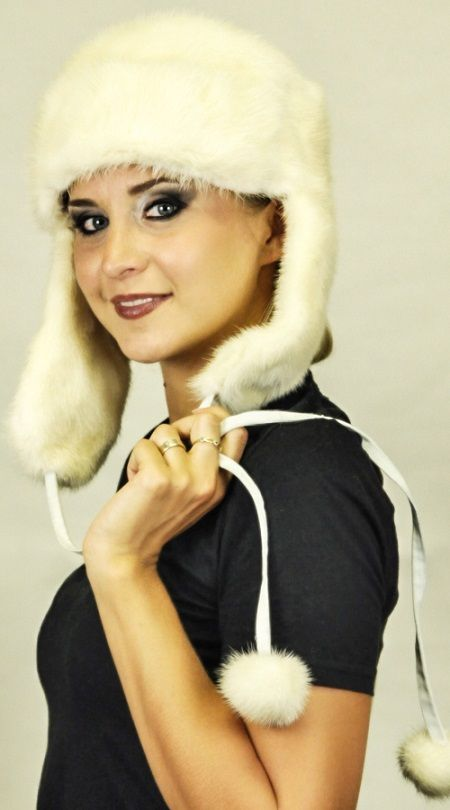 Cappello visone bianco crema naturale con paraorecchie e pom poms  www.amifur.it