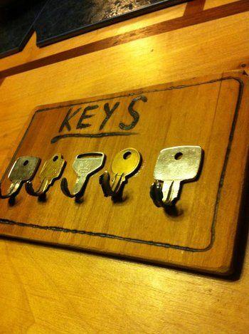 いらなくなった鍵の先を折り曲げて、壁に取り付けることでキーフックとしている事例。鍵に鍵を掛けるユーモアさが素敵ですね。