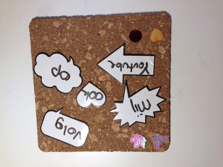 Dit is mijn eerste pin! Koop een kurk onderzetter en beplak dat met de magneten van de action, dan wat glitters en klaar!