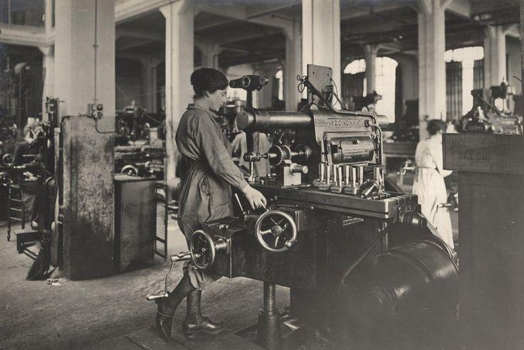 Kobiety pracujące we francuskich zakładach produkujących amunicję, 1916 rok