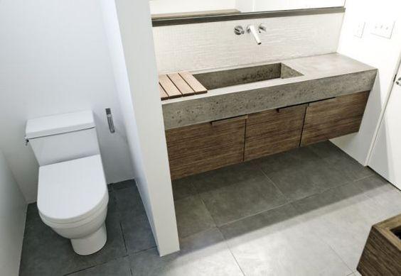 Para el baño. Mesada / pileta / alzada en cemento alisado. Armario en madera laminada.