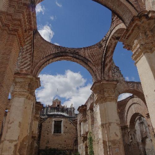 Antigua est une des anciennes capitales du Guatemala. La ville a subit de multiples séismes dans son histoires. Inscrit au Patrimoine Mondiales de l'Unesco, de nombreuses églises sont maintenant en ruine. Des façades encore debout prouve la beauté de certaines d'entre elles!