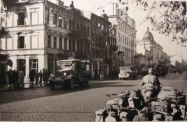 Krakowskie Przedmieście. Zaparkowane motocykle.