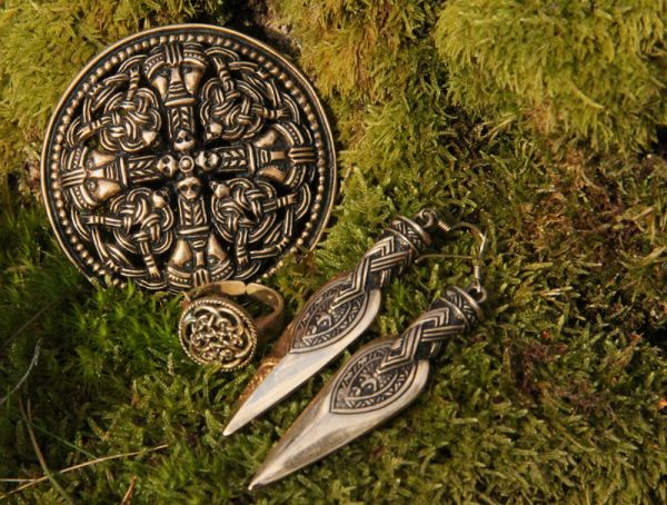 I have the same earrings <3    http://vegvisir.blogg.no/
