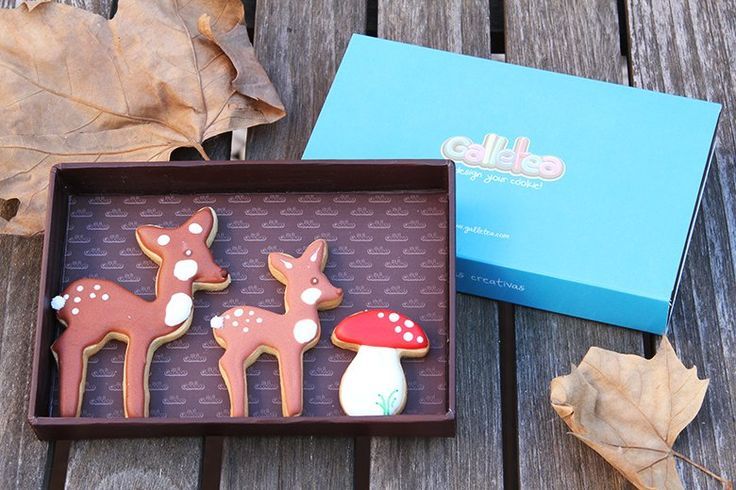 Pack pequeño de 10x15 cm galletas de vainilla y mantequilla, decoradas con glasa artesana. El pack contiene tres galleltas de otoño, un cervatillo de 6 cm aprox, su mamá ciervo de 8 cm aprox. y un seta de lo mas sabrosa. Diseño propio: http://www.galletea.com/galletas-decoradas/otono/init/d/283/