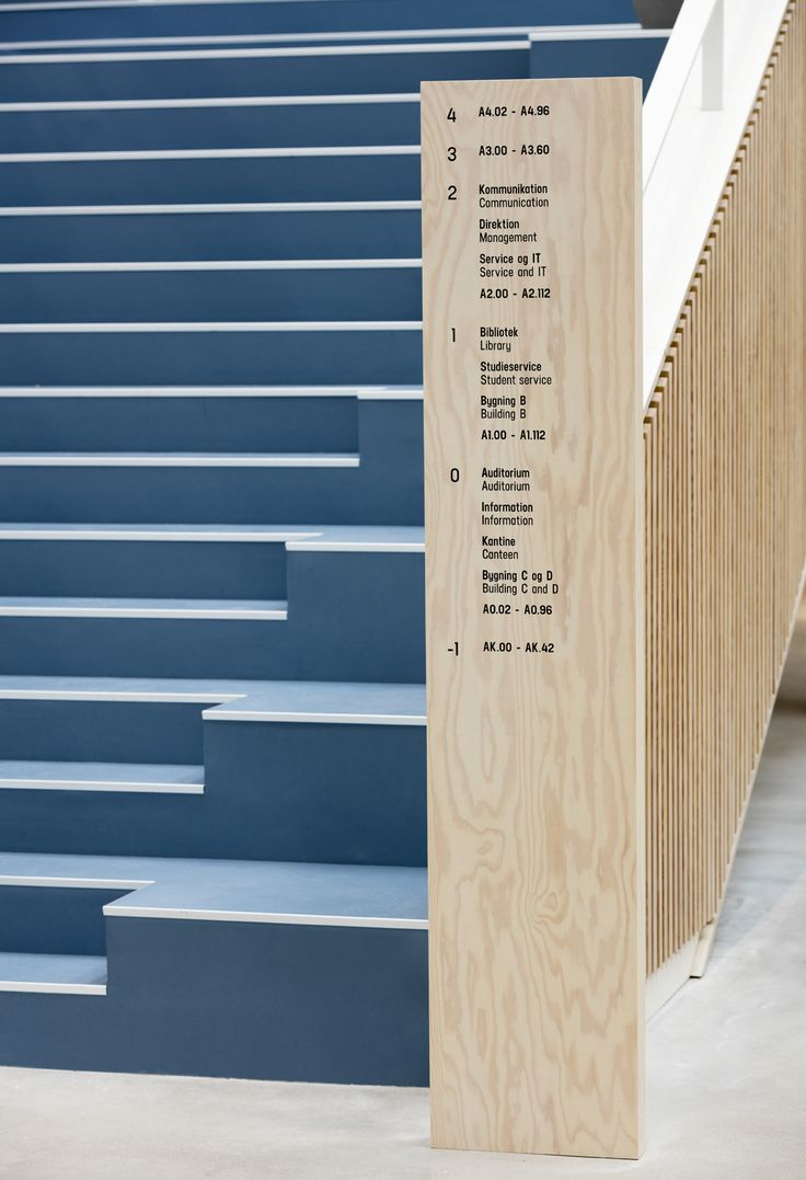 The graphic identity consists of simple, organic hues in clear reference to the surrounding harbor and container area. The wayfinding concept is inspired by the architecture and the dominant materials of brick, aluminum and wood.
