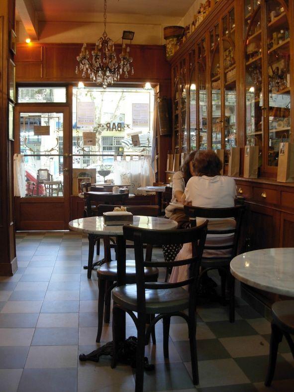 """Barbería """"La Época""""; un insólito museo en Caballito Caballito, ya se sabe, es un barrio muy antiguo y la tan conocida historia de la veleta de hierro de la cual toma su nombre, sólo es uno de los tantos relatos que circulan entre sus calles, pasajes y locales comerciales."""