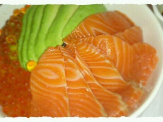 お手製のイクラ醤油漬けを頂いたので、たっぷりのせて(*´ω`*) ありがとうー! - 5件のもぐもぐ - 鮭親子丼+アボのせ(*^^*) by mukuge