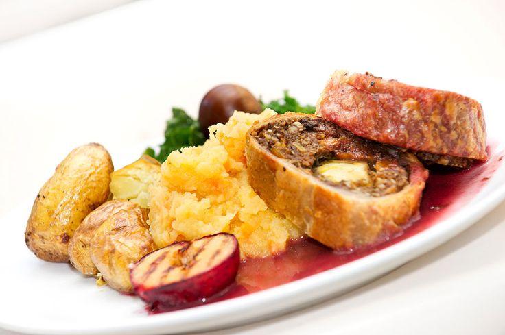 Fantastisk vegansk festmat! VEGANSK JULEMAT: Nøttestek pakket inn i butterdeig, servert med plommer, stekte poteter, kålrabistappe og stekt grønnkål. Nøttestek...