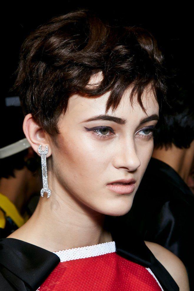 Pour adoucir le regard profond des yeux marrons, on mise sur un eye-liner bleu marine. Le trait d'eye-liner se suffit à lui -même avec une jolie coupe de cheveux courte