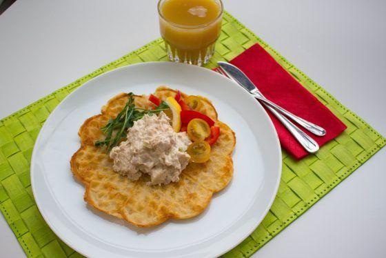 tonfiskröra recept, god i baguette, bakad potatis, på avokado, fyllning i smörgåstårta, till pastasallad eller på frasig våffla/matpannkaka: 0,5 rödlök 2 selleristjälkar 2 burkar tonfisk  1 dl majonäs 2 dl créme fraîche 1 msk dijonsenap ½ citron Salt Peppar