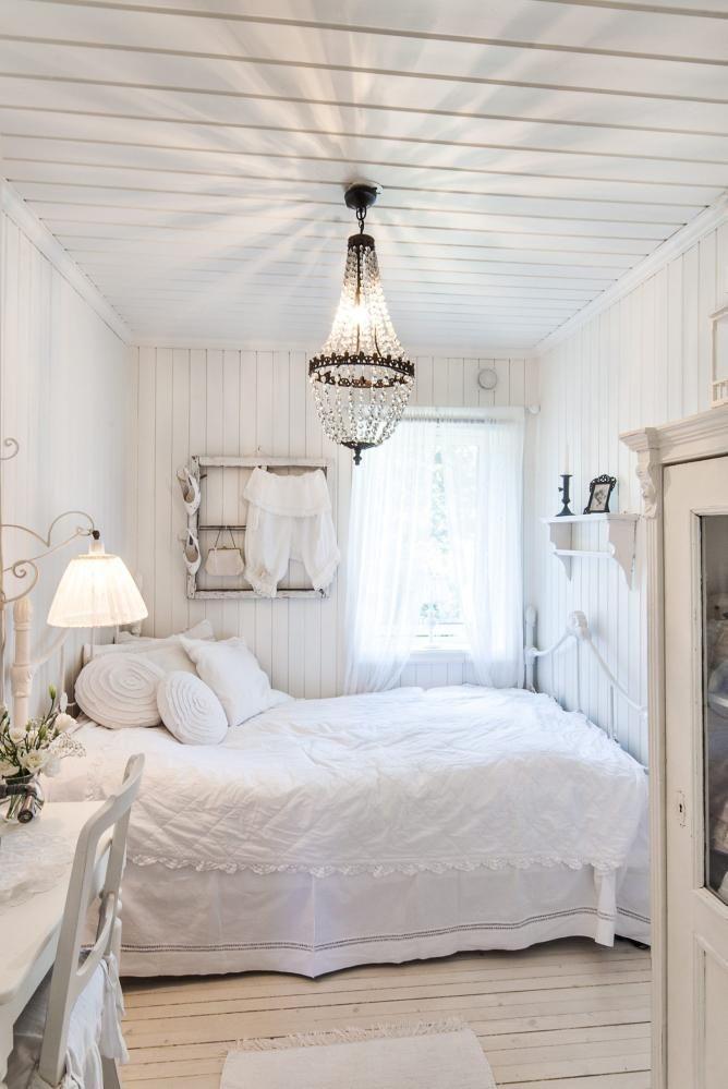 JOBB OG HVILE: På dette gjesterommet er det blitt plass til et lite arbeidshjørne også. Stilen er romantisk med hvite møbler ig nostalgiske detaljer. Tekstiler brukt lag-på-lag gjør sengen innbydene og lun, selv om alt er hvitt.
