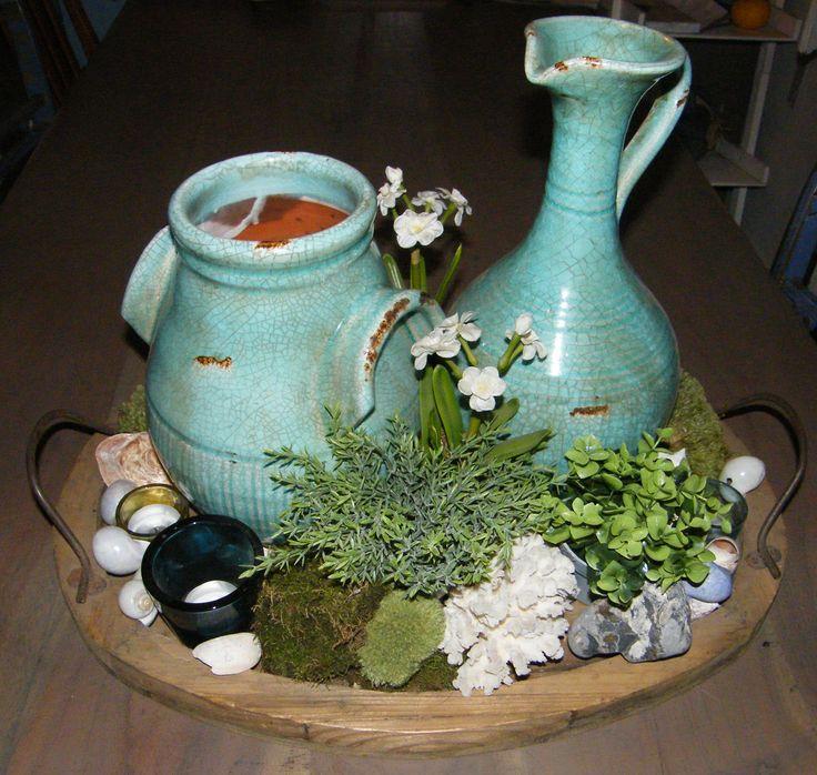Dienblad op de keukentafel in voorjaarsstijl.