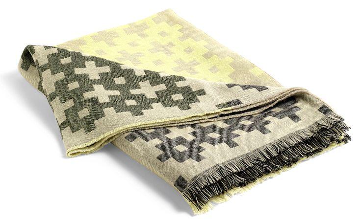 Mega Knit er inspirert av strikkediagrammer. Pleddet er laget med en dobbelt veveteknikk som gjør det mulig å bruke en veldig fin og tynn kvalitet av 100 % ull. 150 x 220 cm. Design by HAY. PS. Stolen heter About A Chair. Design Hee Welling for HAY.