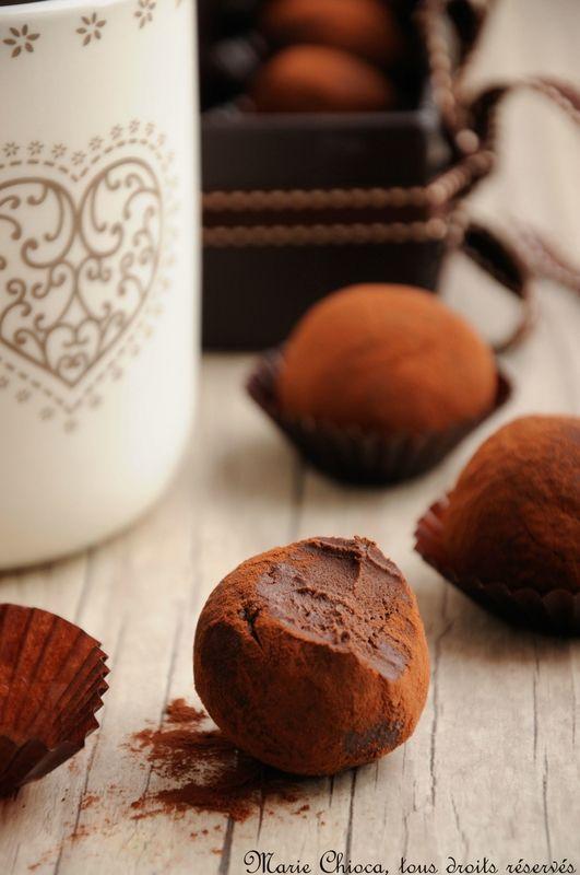 Truffes VG : - 300g de chocolat noir à 85% - 1 brique de crème de soja liquide - 6cl de café espresso doux - 3cl de très bon whisky (attention glu! => amaretto pour moi) - 9 cuillerées à soupe de sirop d'agave - Cacao pur pour rouler les truffes