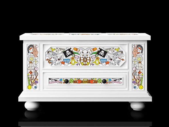 La marque hollandaise moooi présente »altdeutsche möbel », une nouvelle collection de meubles rassemblant un coffre, une horloge de grand-père et une armoire.