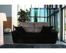 Shiito les presenta este confortable sofá de dos plazas tapizado en tela. Se caracteriza por tener una sentada envolvente que hace que el cuerpo se adapte perfectamente, además sus asientos son deslizantes lo que proporciona una mayor comodidad. Está tapizado en tela de fibra antimanchas, lo que le garantiza una mayor facilidad en su limpieza.