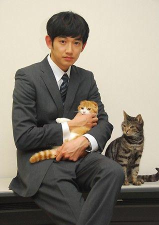 ドラマ「最高の離婚」について語った瑛太さんとドラマに出演しているネコのマチルダとはっさく eita