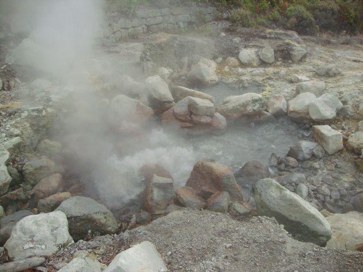 Furnas em Azores água a ferver debaixo da terra... ao caminha sentimos o salpicar da água quente