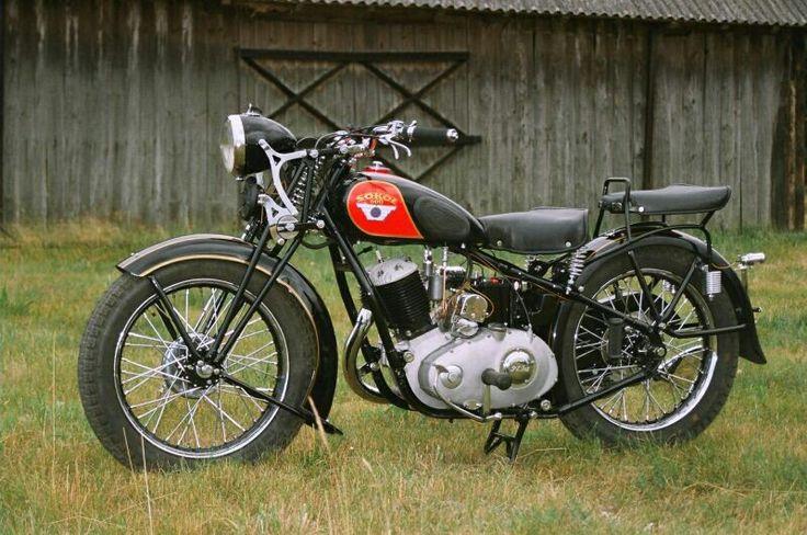 Sokół 600 - legenda. Sokół to legendarny przedwojenny motocykl polskiej produkcji, który był marzeniem wielu osób. Produkowany w latach 1934-1939 stanowił jeden z najlepszych modeli polskiej motoryzacji przedwojennej. Był on przeznaczony na potrzeby polskiego wojska, jednak znalazł także uznanie w cywilu. Dziś ocalałe egzemplarze tego motocykla warte są na rynku niezwykle dużo. #Polska #motor #sokół #motoryzacja ##motocykl