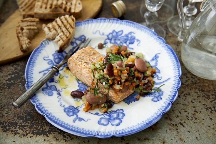 Ugnsbakad lax med italiensk grönsaksröra, soffritto som vänds ner med blandade bönor och persilja. Perfekt snabblagad vardagsmiddag.