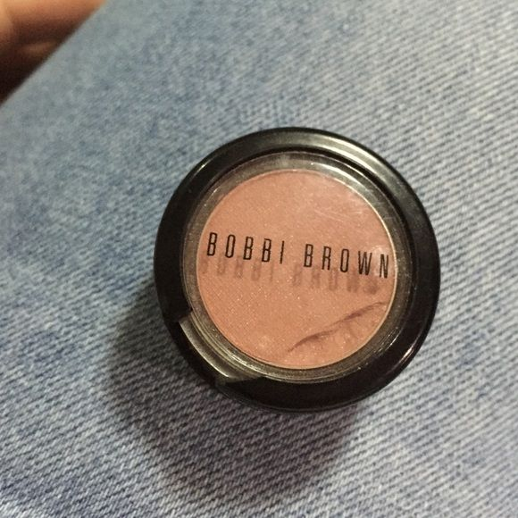 Bobbi Brown Blush  Damages are shown above, the plastic thingy comes off as seen above and it's broken and some of the blush is damages as seen above that's why it's sold at its price  Bobbi Brown Makeup Blush