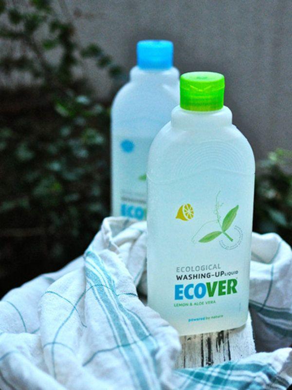 東京都水道局によれば、都心に住む1日1人当りが使う水の量は240リットル弱で、その内の約23%が炊事用とのことだ。蛇口をひねれば当たり前に水が出る日本であるが、仮に食事した後の洗い物で、5分間水を出しっぱなしにすれば、あっという間に60リットルは使用する。この量は雨量が少ないアフリカで生活する人の一日あたりの水の使用量に匹敵する。香りも泡立ちも豊かな洗剤は、いまだ数多く存在しており、その泡を流すだけでも無駄な水を使用していると考えること潜在選びには慎重にならなくてはいけない、そう感じさせてくれるのが、この「ECOVER…