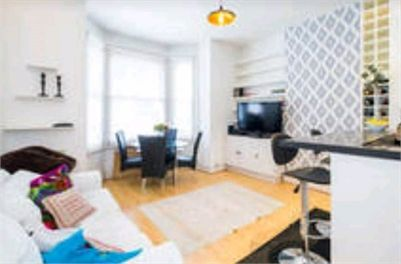 Flatshare available - double room for rent in Kings Road, Chelsea, London. Comfortable and cosy double room to rent in Chelsea with a fun-loving and very considerate flatmate.   The room is within in a ground floor flat with a patio garden. Newly refurbished bathroom with rain shower, and open living room and kitchen. The flat has a large fridge freezer, dish washer and washing machine available to use, as well as a breakfast bar. The garden has a BBQ and fire pit.