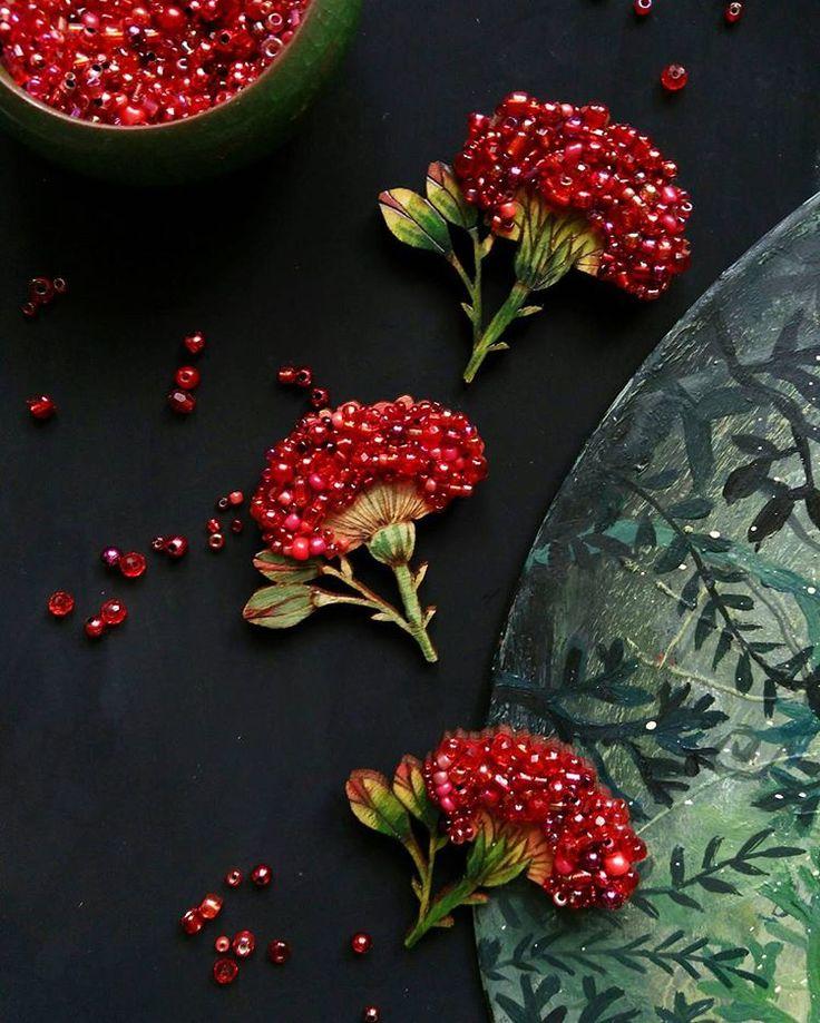 Брошки гартензии. В эти выходные ищите на @fashionmarketby #accessories #jewellery #beauty #belarus #design #sashaborscheva #sashaborschova #brooches #броши #ручнаяработа #минск #деревянныеброши #красота #цветы #гортензия #гортензияброшь #дерево #garnet #брошьгартензия #зеленаяброшь #брошьручнойработы #брошьизбисера #белорусскиедизайнеры #belarusiandesigners #красный