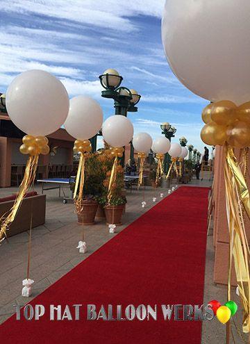 Entrada de alfombra roja decorada con globos gigantes, preciosa. #DecoracionConGlobos